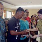 Bupati Panambunan Bagikan Kartu Indonesia Sehat