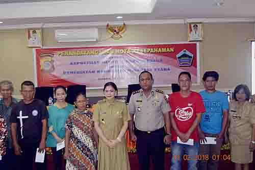 Foto bersama Bupati Vonnie Panambunan yang didampingi Kapolres Minut AKBP Alfaris Pattiwael dengan perwakilan warga penerima KIS.