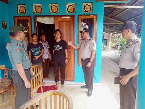 Kapolres AKBP Alfaris Pattiwael SIK MH saat mengunjungi salah satu rumah warga.