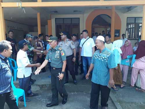 Dandim 1310 Bitung Letkol Infanteri Deden Handayana SE saat berbincang dengan warga.