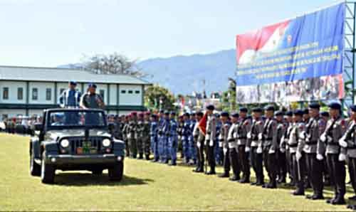 Pangdam Merdeka Mayjen TNI Ganip Warsito memeriksa pasukan.