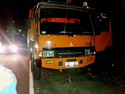 Truk yang terpakir di pinggir jalan Manado-Bitung tempat ditemukannya korban.