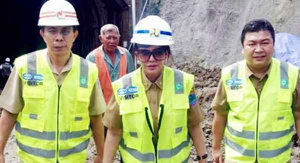 Bupati Minut Vonnie Panambunan (tengah) mendampingi Gubernur Sulut Olly Dondokambey saat usai meninjau kedalam terowongan.