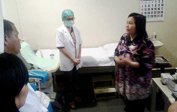 Dra Theodora Pandjaitan meninjau Pusat Pelayanan KB MKJP.