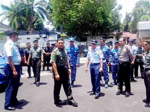 Danrem 131/Santiago Brigjen TNI Joseph Robert Giri memantau kesiapan personel dan sarana untuk pengamanan di VVIP Bandara Sam Ratulangi Manado.