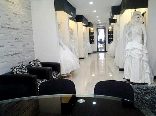 Ruangan lantai 2 yang nyaman untuk memilih gaun di Jaffray Bridal Salon & Boutique.