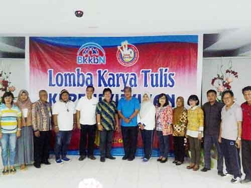Para pejabat Perwakilan BKKBN Sulut, bersama Dewan Juri dan Tim Pendamping.