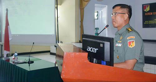 Kasiter Kolonel Inf Saripuddin membacakan amanat Danrem 131/Santiago saat komunikasi sosial dengan KBT di Aula Santiago Makorem 131/Santiago, Rabu (21/3/2018).