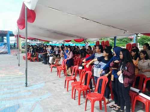 Para pendukung peserta lomba pidato memadati tenda di God Bless Park Manado.
