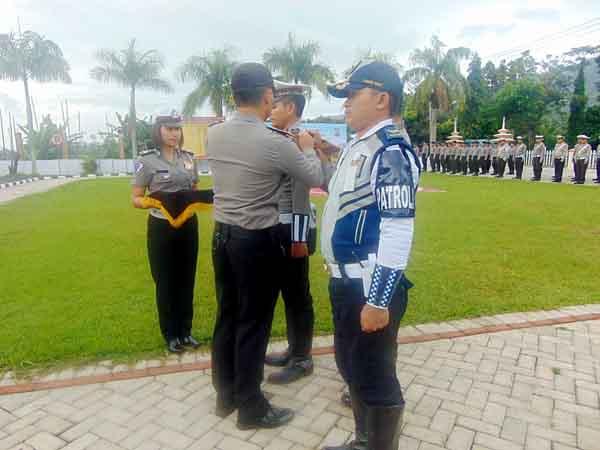 Pemimpin upacara saat memasangkan pita tanda dimulainya Operasi Keselamatan Samrat 2018.