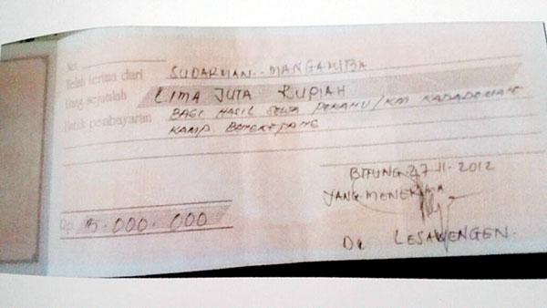 Kwitansi bukti setoran/fee hasil pajeko yang diserahkan ke Oknum Mantan Kapitalauang Bengketang Desmon Lesawengen.