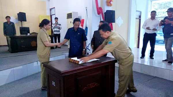 Penandatangan Ranperda BPD oleh Bupati Minut Vonnie Panambunan dan Ketua DPRD Minut Berty Kapojos tentang diterima Ranperda BPD untuk dilanjutkan ketingkat pembahasan.