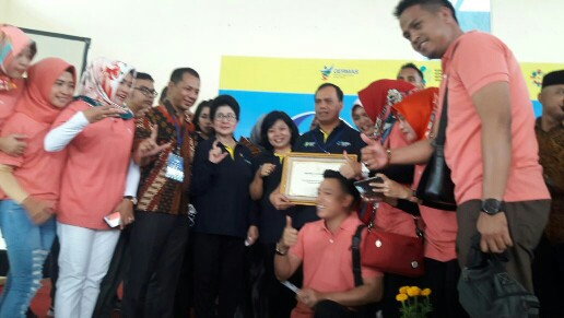 dr Debie Kalalo MSc PH dan Menkes Prof dr Nila Moeloek SpM usai peringatan Hari Malaria Sedunia dan Pekan Imunisasi Dunia di Banten.