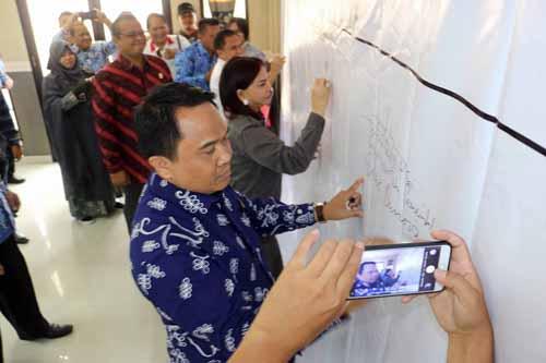 """Penandatangan Komitmen Pemerintah Kabupaten Minahasa Utara """"Kami Siap Berinovasi""""."""