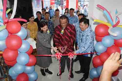 Bupati Vonnie Panambunan didampingi Kepala Lembaga Administrasi Negara Republik Indonesia Dr. Adi Suryanto  saat menggunting pita tabda diresmikannya RSUD Walanda Maramis.