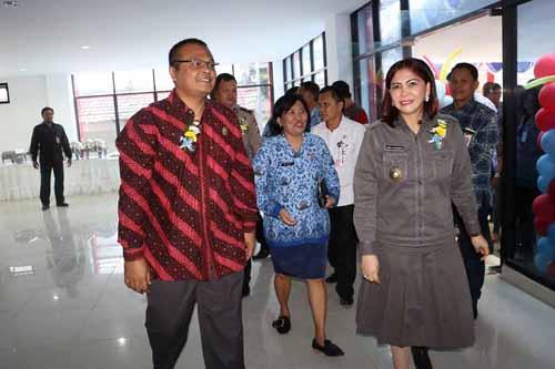 Bupati Vonnie Panambunan didampingi Kepala Lembaga Administrasi Negara Republik Indonesia Dr. Adi Suryanto saat melakukan peninjauan fasilitas kesehatan di RS Walanda Maramis.