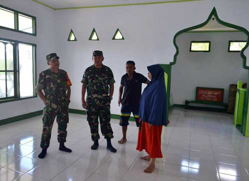 Letkol Arm Frangky Watuseke berdialog dengan Kepala Dusun Satu.