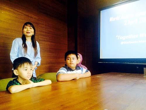 Hanna Monareh MPsi, Ketua Ikatan Psikolog Klinis Indonesia Wilayah Sulut membuka diskusi memperingati Hari Peduli Autis Sedunia di Sulut.