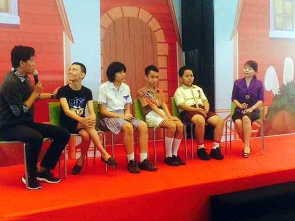 Empat anak autis tampil di atas panggung saat interview didampingi Psikolog Hanna Monareh MPsi (paling kanan).
