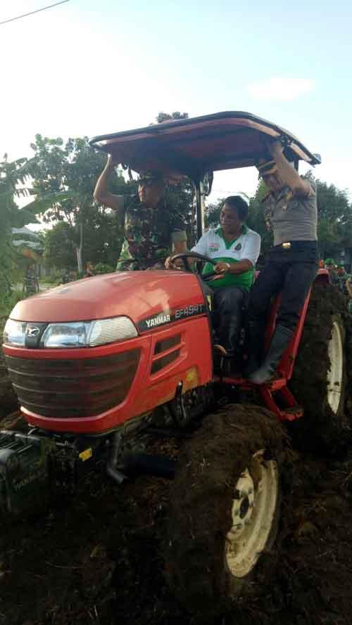Plt Bupati Talaud Petrus Tuange mengendarai traktor didampingi Dandim dan Kapolres.