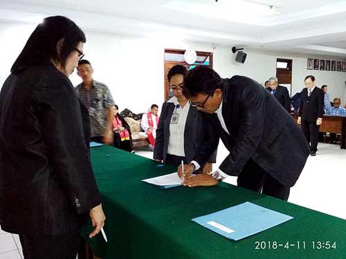 Theodora Pandjaitan memimpin upacara pengambilan janji, pelantikan, dan serah terima jabatan di Aula Kantor Utama Perwakilan BKKBN Sulut.