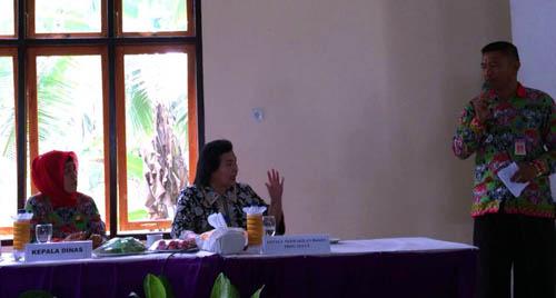 Dra Theodora Pandjaitan MSc menjawab pertanyaan salah satu peserta sosialisasi.