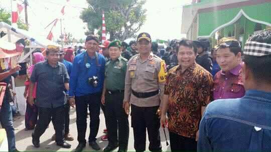 Kapolres Minahasa Selatan AKBP FX. Winardi Prabowo, SIK saat bersosialisasi dengan para tamu undangan.