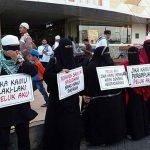 Wanita Bercadar Bagikan Takjil di Pusat Kota Manado