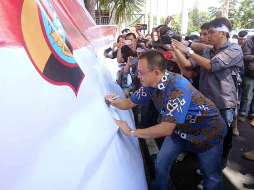 Wakil Ketua DPRD turut menandatangani petisi anti Terorisme dan Radikalisme.