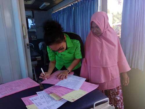 Pendataan warga usai pemeriksaan di bus pelayanan.