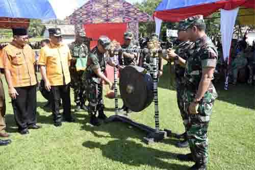 Pangdam XIII/Merdeka memukul gong didampingi pimpinan Pemda Poso dan Satgas Opster.