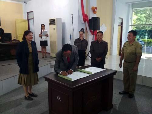 ketua DPRD Minut Berti kapoyos menandatangani berita acara rapat paripurna LKPJ Bupati.