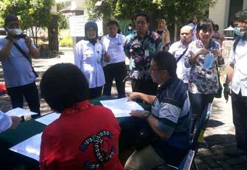 Rustyawati (berdiri kedua kiri) menyaksikan penandatanganan surat pernyataan komitmen oleh para pengusaha.