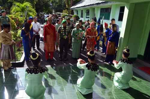 Kunker Mayjen TNI Madsuni diterima secara adat di Markas Kodim 1303/Bolmong.