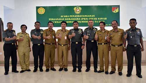 Mayjen TNI Madsuni (kelima kanan) dan jajaran bersama para Kadis Pertanian maupun perwakilan.
