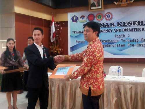 Ketua DPW PPNI Sulut Jon Tangka (kanan) menerima sertifikat dari ketua panitia I Dewa Kamendra.