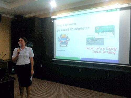 Kabid SDM, Umum, dan Komunikasi Publik BPJS Kesehatan Manado membuka kegiatan konferensi pers.