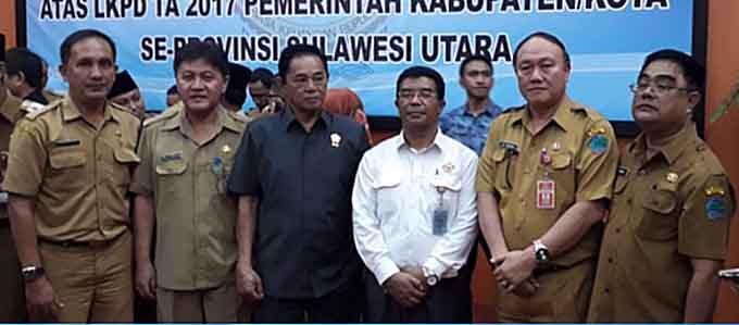 Dari kiri ke kanan, Sekwan Minut dr Harly Sompotan, Ketua DPRD Minut Berty Kapojos, auditor BPK, Sekda Minut Jimmy Kuhu dan Kepala Inspektorat Umbase Mayuntu, saat mendengar LHP di Kantor BPK Perwakilan Sulut.