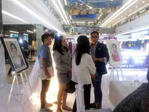 Mr Goen menerangkan karya-karyanya di booth New The House of Goen.