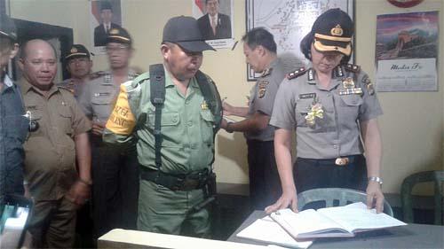 Tim Ditbinmas Polda Sulut saat melakukan penilaian Lomba Pos Kamling di Desa Pinapalangkow.