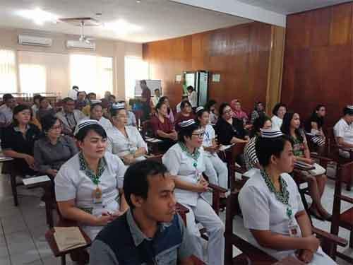 Para peserta workshop menyimak materi yang disampaikan.
