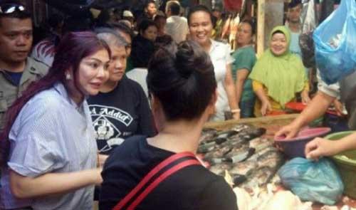 Bupati Vonnie Panambunan saat berinteraksi dengan pedagang di pasar tradisional.