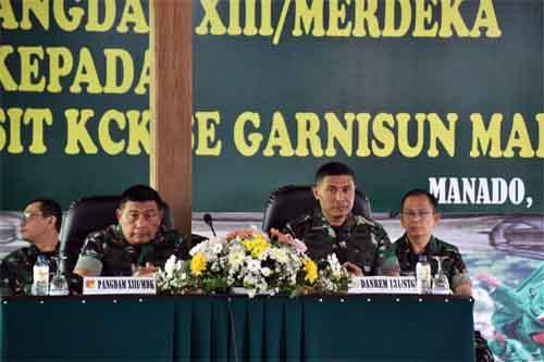 Pangdam XIII/Merdeka Mayjen TNI Madsuni (kiri) memberikan pengarahan didampingi Danrem 131/Santiago Brigjen TNI Joseph Robert Giri.