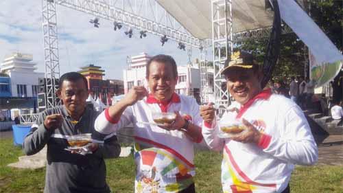 Peserta Harganas dari Kalimantan Timur sarapan bubur Manado.