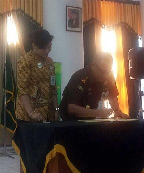 Kacab BPJS Kesehatan Manado Greisthy Borotoding dan Kajari Manado Maryono saat penandatanganan MoU.