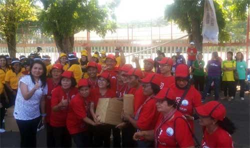 Kabid SDM Umum dan Komunikasi Publik BPJS Kesehatan Manado Ivana Umboh (kaos putih) bersama peserta usai penyerahan bingkisan.