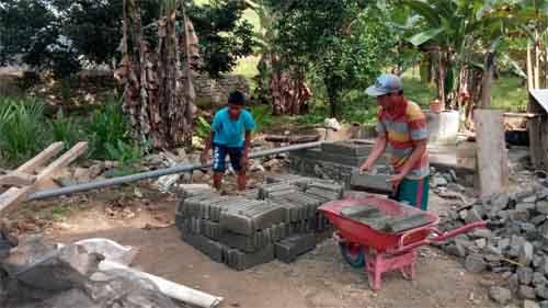 Warga Desa Pangea, Kecamatan Wonosari ikut serta membantu pekerjaan Satgas TMMD 102.