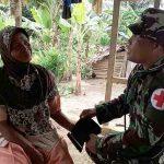 Paramedis Satgas TMMD Rutin Periksa Kesehatan Warga