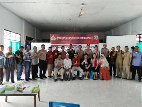 Para peserta FGD dan pemateri foto bersama usai kegiatan.