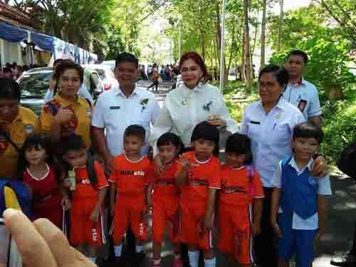 Bupati Vonnie Panambunan berfoto bersama anak anak usai perayaan Hari Anak Nasional di Minut.
